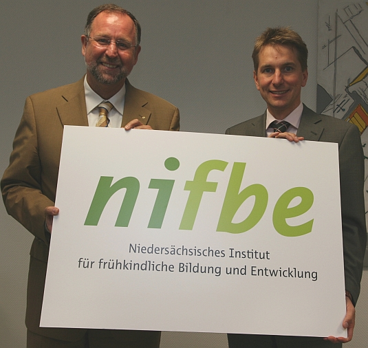 Gemeinsam neue Wege gehen nifbe-Geschäftsführer Reinhard Sliwka (li.) und Marco Graf, Hauptgeschäftsführer der IHK Osnabrück/Emsland (re.)