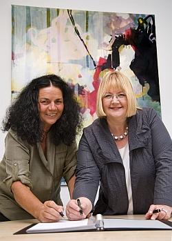 Prof. Dr. Renate Zimmer (li.) und Birgit Bornemann unterzeichnen Kooperationsvertrag