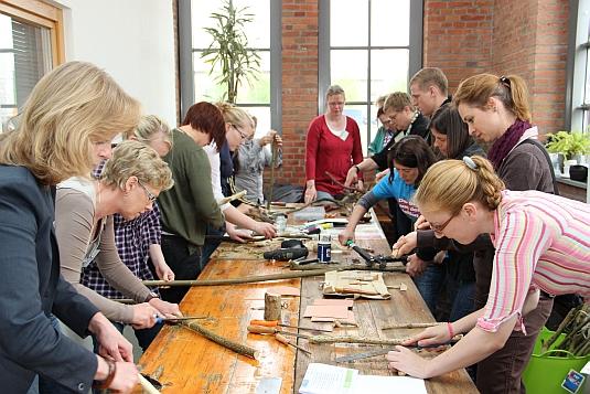 Tagungs-TeilnehmerInnen beim Handwerken